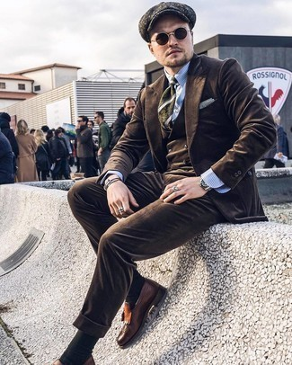 Flat Cap Outfits For Men: A dark brown three piece suit and a flat cap matched together are a match made in heaven for those who prefer casual and cool combinations. Complement your look with a pair of dark brown fringe leather loafers to easily ramp up the wow factor of your outfit.