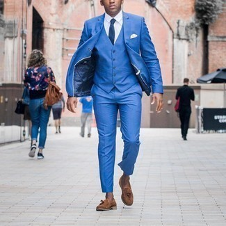 White Pocket Square Outfits: If you're after a casual and at the same time dapper outfit, pair a blue three piece suit with a white pocket square. A pair of brown suede tassel loafers will add a different twist to your ensemble.
