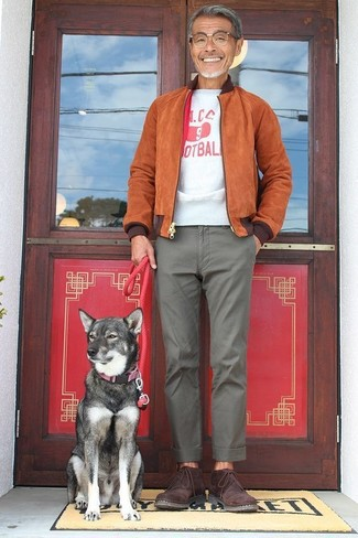 How to wear: tobacco suede bomber jacket, white and red print crew-neck t-shirt, grey chinos, burgundy suede desert boots
