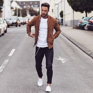 If it's comfort and functionality that you're looking for in an outfit, reach for a white crew-neck tee and black jeans. White low top sneakers are a fitting choice here. A vivid example of transitional style, this getup is a staple when spring arrives.