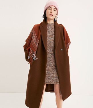 A huge thumbs up to this combination of a tobacco coat and a pink beanie! This getup is super comfortable and will help you out in transeasonal weather.