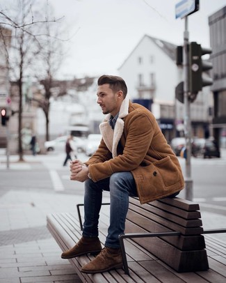 How to wear: tobacco shearling coat, blue denim shirt, blue skinny jeans, brown suede casual boots