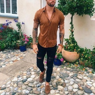 Men's Looks & Outfits: What To Wear In 2020: Want to inject your menswear arsenal with some off-duty style? Consider teaming a tobacco short sleeve shirt with black ripped jeans. If you need to easily step up this outfit with one piece, introduce a pair of brown suede tassel loafers to the equation.