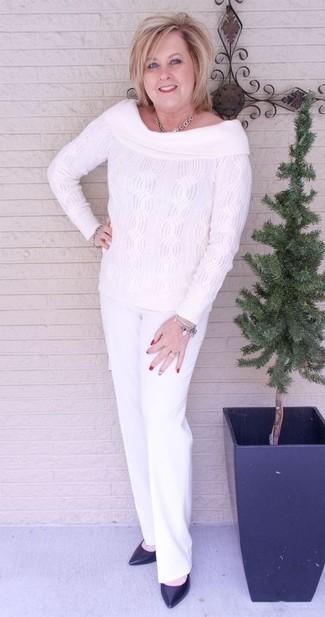 Associer un top à épaules dénudées en tricot blanc avec un pantalon de costume blanc est une option confortable pour faire des courses en ville. Une paire de des escarpins en cuir noirs ajoutera de l'élégance à un look simple.
