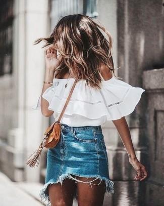 Cómo combinar: top con hombros descubiertos blanco, minifalda vaquera azul, bolso bandolera de ante marrón claro