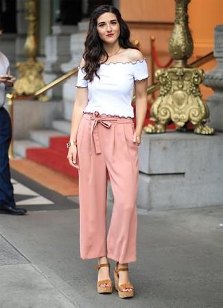 Cómo combinar: top con hombros descubiertos blanco, pantalones anchos rosados, sandalias con cuña de ante marrónes, reloj dorado