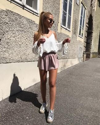 Cómo combinar: top con hombros descubiertos blanco, pantalones cortos rosados, alpargatas de cuero plateadas, gafas de sol negras