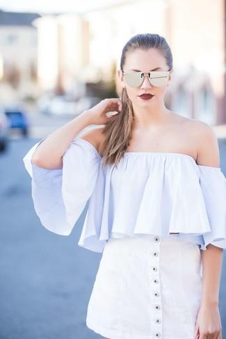 Cómo combinar: top con hombros descubiertos celeste, falda con botones blanca, gafas de sol plateadas
