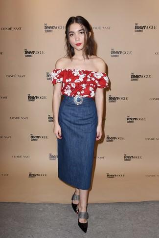 Cómo combinar: top con hombros descubiertos con print de flores rojo, falda midi vaquera azul, zapatos de tacón de cuero con adornos negros