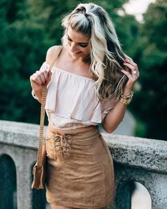 Cómo combinar: top con hombros descubiertos en beige, minifalda de ante marrón claro, bolso bandolera de cuero marrón claro