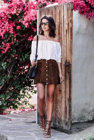 Cómo combinar: top con hombros descubiertos bordado blanco, falda con botones de ante en marrón oscuro, sandalias de tacón de cuero con tachuelas en marrón oscuro, bolso bandolera de cuero negro