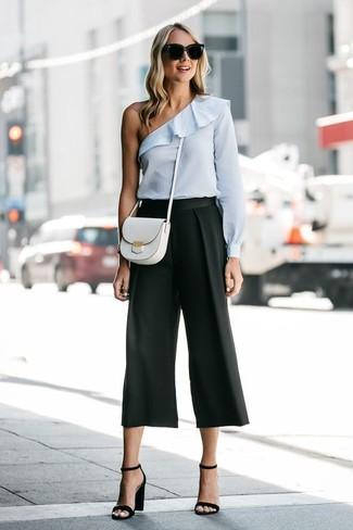 Cómo combinar: top con hombros descubiertos celeste, falda pantalón negra, sandalias de tacón de cuero negras, bolso bandolera de cuero blanco