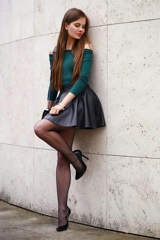 Cómo combinar: top con hombros descubiertos verde oscuro, falda skater en gris oscuro, zapatos de tacón de cuero negros, bolso bandolera de cuero negro
