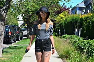 Cómo combinar: top con hombros descubiertos gris, pantalones cortos negros, sombrero de lana negro, gafas de sol rosadas