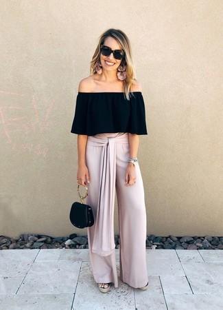 Cómo combinar: top con hombros descubiertos negro, pantalones anchos rosados, sandalias con cuña de lona negras, cartera de cuero negra