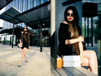 Cómo combinar: top con hombros descubiertos negro, pantalones cortos negros, sandalias con cuña de cuero negras, bolso bandolera de cuero blanco