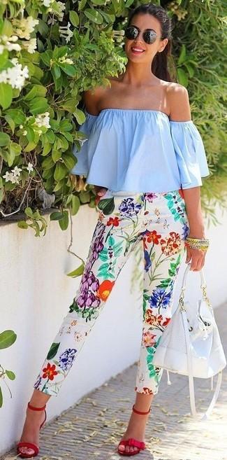 Cómo combinar: top con hombros descubiertos celeste, pantalones pitillo con print de flores blancos, sandalias de tacón de ante rojas, mochila con cordón de cuero blanca