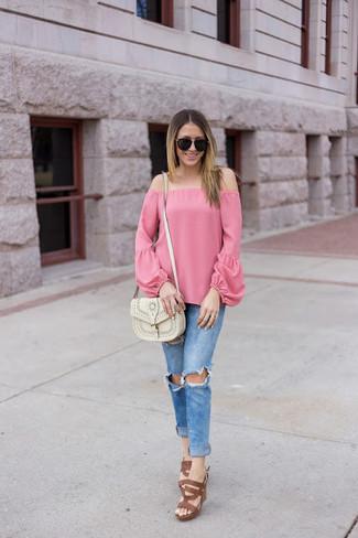 Cómo combinar: top con hombros descubiertos rosado, vaqueros pitillo desgastados azules, sandalias de tacón de cuero marrónes, bolso bandolera de cuero blanco