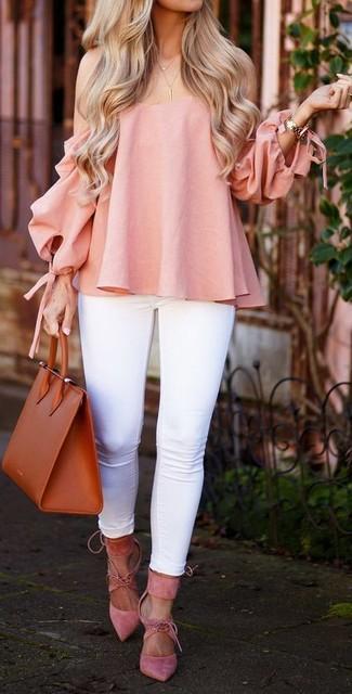 Cómo combinar: top con hombros descubiertos rosado, vaqueros pitillo blancos, zapatos de tacón de ante rosados, bolsa tote de cuero en tabaco