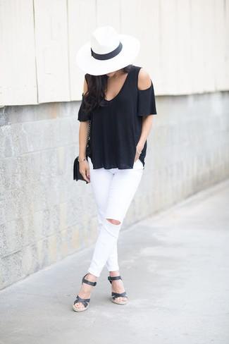 Cómo combinar: top con hombros descubiertos negro, vaqueros pitillo desgastados blancos, sandalias con cuña de cuero negras, bolso bandolera de cuero negro