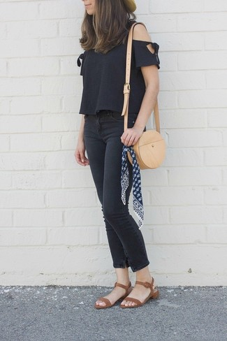 Cómo combinar: top con hombros descubiertos negro, vaqueros pitillo negros, sandalias de tacón de cuero marrónes, bolso bandolera de cuero marrón claro