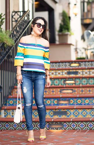Cómo combinar: top con hombros descubiertos de rayas horizontales en multicolor, vaqueros pitillo desgastados azules, sandalias de tacón de cuero amarillas, bolso bandolera de cuero blanco