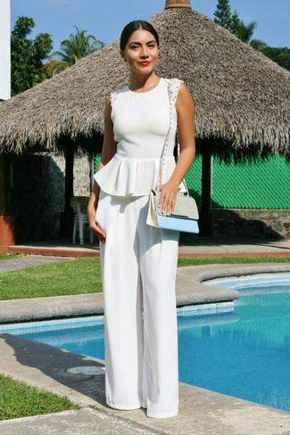Cómo combinar: top con sobrefalda blanco, pantalones anchos blancos, bolso bandolera de cuero celeste