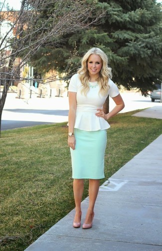 Cómo combinar: top con sobrefalda blanco, falda lápiz en verde menta, zapatos de tacón de cuero en beige, collar en verde menta