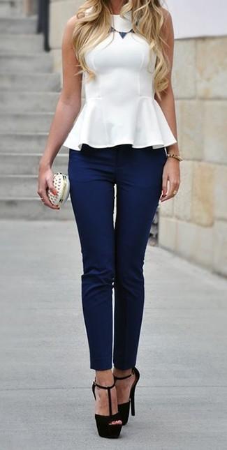 Cómo combinar: top con sobrefalda blanco, pantalones pitillo azul marino, sandalias de tacón de ante negras, cartera sobre de cuero con tachuelas blanca