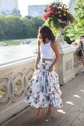 Cómo combinar: top corto blanco, falda larga con print de flores blanca, sandalias de tacón de cuero en beige