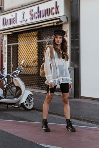 Cómo combinar: top corto de encaje negro, blusa campesina de gasa blanca, mallas ciclistas negras, botas planas con cordones de cuero negras