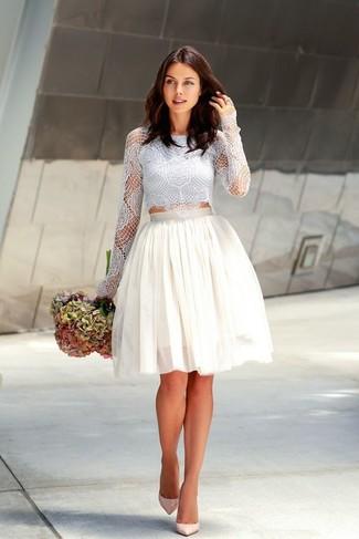Cómo combinar: top corto de encaje celeste, falda campana de tul blanca, zapatos de tacón de cuero en beige