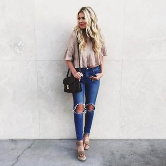 Cómo combinar: top corto plisado en beige, vaqueros pitillo desgastados azules, sandalias con cuña de cuero en beige, bolso bandolera de cuero estampado en marrón oscuro