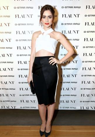 Cómo combinar: top corto blanco, falda lápiz negra, zapatos de tacón de cuero con tachuelas negros, cartera sobre de cuero negra