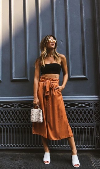 Cómo combinar: top corto negro, falda pantalón en tabaco, chinelas de cuero blancas, cartera sobre de cuero con print de serpiente gris