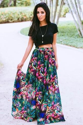 Cómo combinar: top corto negro, falda larga con print de flores en multicolor, colgante con cuentas negro