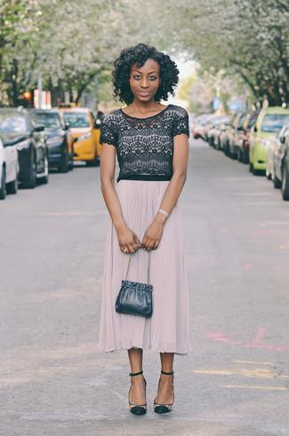 Cómo combinar: top corto de encaje negro, falda midi plisada en beige, zapatos de tacón de ante transparentes, mochila con cordón de cuero azul marino