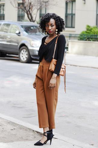 Cómo combinar: top corto negro, pantalones anchos marrón claro, zapatos de tacón de ante negros, bolso bandolera de cuero marrón claro
