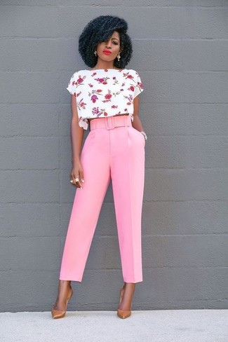 Cómo combinar: top corto con print de flores en blanco y rojo, pantalones anchos rosados, zapatos de tacón de cuero marrón claro, reloj plateado