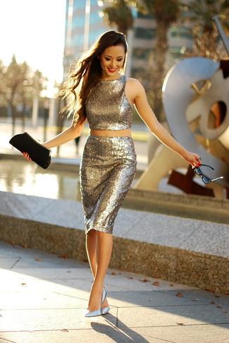 Comment porter: top court pailleté doré, jupe crayon pailletée dorée, escarpins en cuir argentés, pochette en daim noire