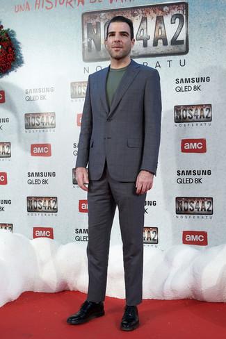 Cómo combinar: traje a cuadros en gris oscuro, jersey con cuello circular verde oscuro, zapatos oxford de cuero negros