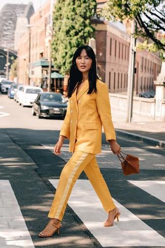 Cómo combinar: traje amarillo, sandalias de tacón de cuero amarillas, cartera de cuero marrón, pulsera dorada