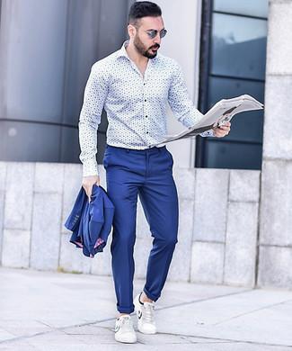 Cómo combinar: traje azul, camisa de manga larga estampada en blanco y azul, tenis de cuero blancos, gafas de sol azules
