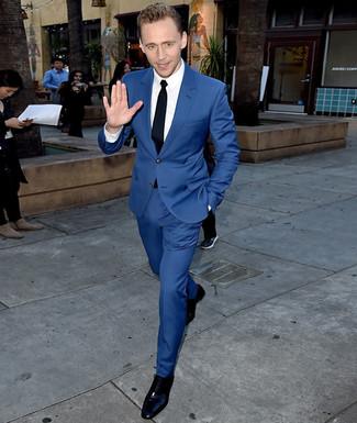 Cómo combinar: traje azul, camisa de vestir blanca, zapatos oxford de cuero negros, corbata negra