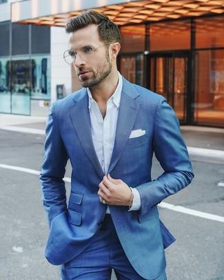 Cómo combinar: traje azul, camisa de vestir celeste, pañuelo de bolsillo blanco
