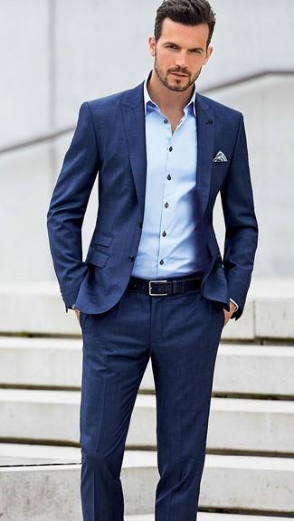 Cómo combinar: traje azul, camisa de vestir celeste, pañuelo de bolsillo a lunares en blanco y azul marino, correa de cuero azul marino