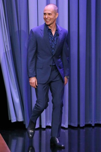 Cómo combinar: traje azul marino, camisa de manga larga estampada azul marino, zapatos oxford de cuero azul marino, reloj plateado