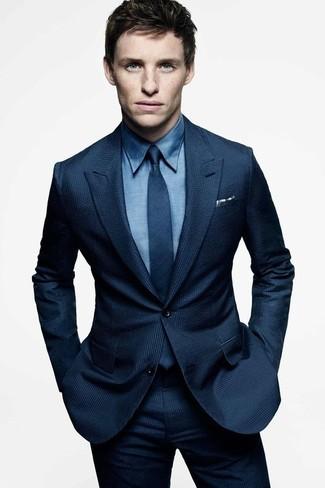 Cómo combinar: traje azul marino, camisa de vestir azul, corbata azul marino, pañuelo de bolsillo de cuadro vichy en blanco y azul marino