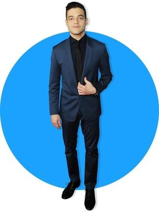 Cómo combinar: traje azul marino, camisa de vestir azul marino, zapatos derby de ante negros, corbata negra