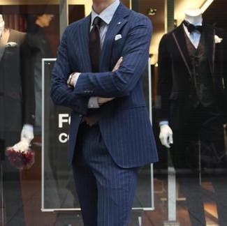 Cómo combinar: traje de rayas verticales azul marino, camisa de vestir de rayas verticales blanca, corbata en marrón oscuro, pañuelo de bolsillo blanco